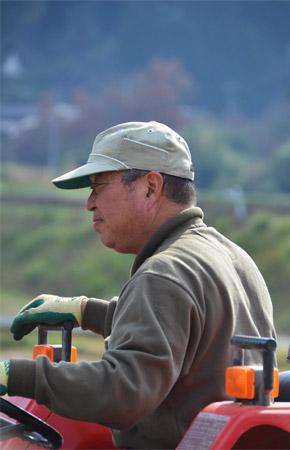 トラクターを運転する北野さん。