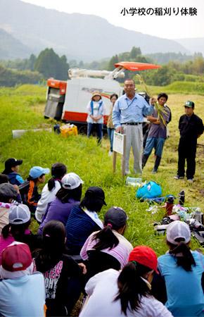 小学生の前で米について説明している北野さん。