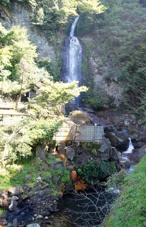 勢い良く流れ落ちる垂玉温泉、金龍の滝。
