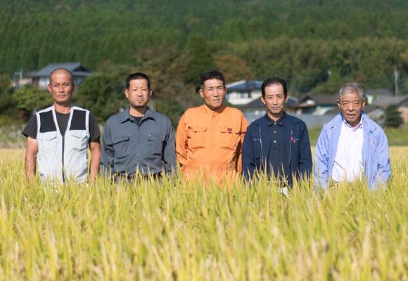 左から坂梨寿良さん、坂梨祐一さん、荒井弘さん、鎌倉善光さん、中川敬士さん。みなさん今年も朝から晩まで除草を頑張ったそうです。