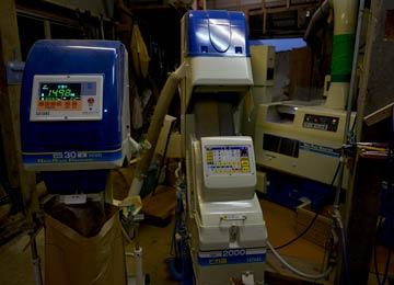 右から、籾摺り機、色彩選別機、計量器。どれも結構なお値段がするので、我々ではまだまだ買えない。