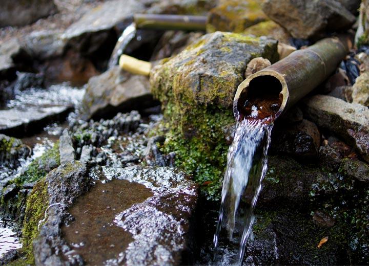 知る人ぞ知る湧き水スポットである「手野の名水」。