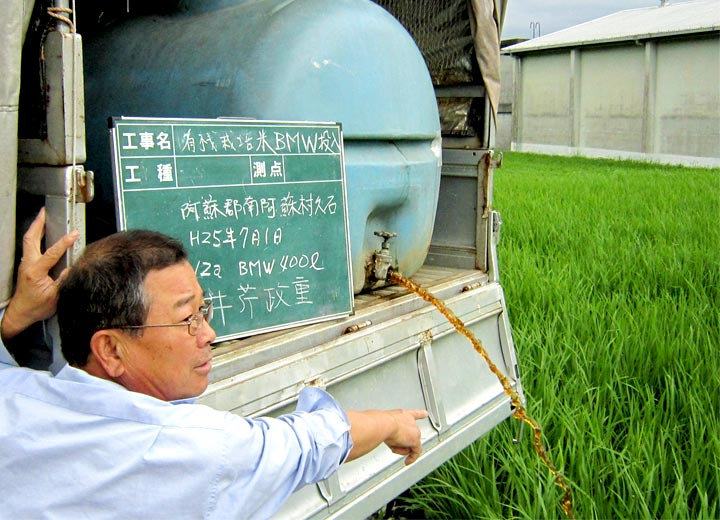 自身でコンバインを操り稲を刈り取っていく。
