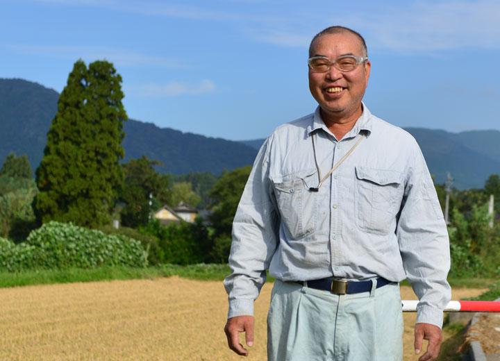 稲刈り前の北野さん。よく見たらここのサングラス、ちょっとカッコイイのでは。