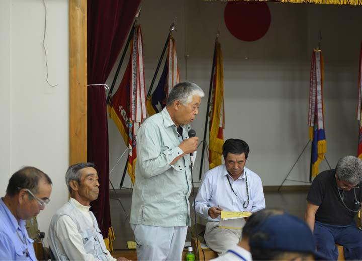 勉強会の参加者に自分の農法を説明する緒方さん。北野悦之さん、北野鉄矢さん、笠野さん、長野さんの姿も見える。
