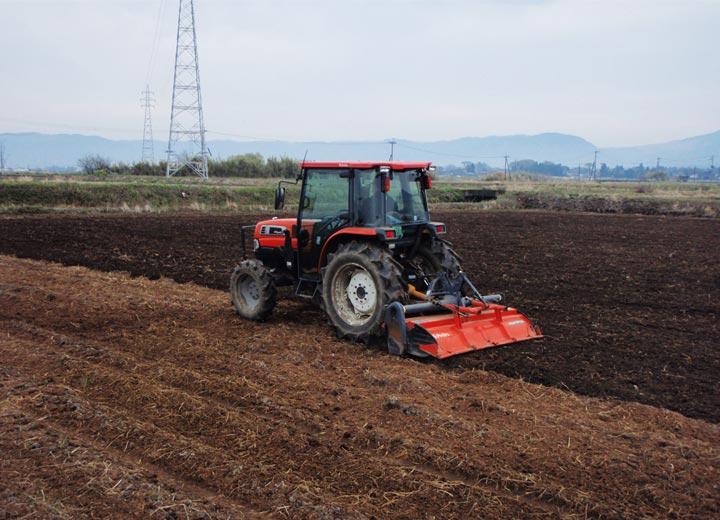 4月。トラクターで荒起しをし、5月の田植えに備える。
