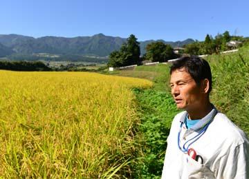 今年の米作りについて店長と話をする宇都宮さん。今年よりあきげしきの作付はなく、ヒノヒカリのみとなった。